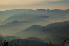 Montañas y niebla