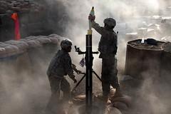 [フリー画像] [戦争写真] [兵士/ソルジャー] [120mm迫撃砲] [アメリカ軍兵士] [アフガニスタン風景]      [フリー素材]