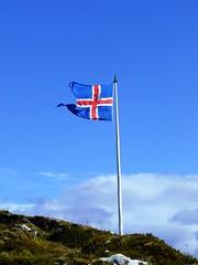 Islanda 2009-05 (Felson.) Tags: trip travel blue red sky holiday landscape iceland blu flag cielo rosso 2009 thingvellir þingvellir paesaggio bandiera goldencircle islanda cerchiodoro
