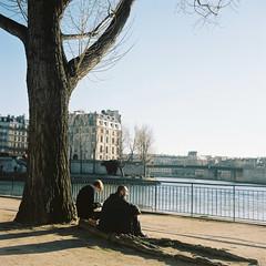 La seine (minou*) Tags: winter 2 two paris france 120 film seine rollei rolleiflex river la hiver deux medium fleuve 35f ektacolorpro160