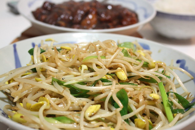 stir fry soy bean sprouts with green onions