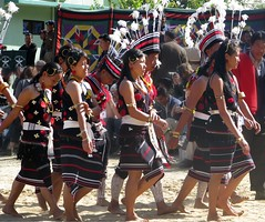 Ready to dance (Linda DV) Tags: people india festival canon geotagged dance culture tribal clothes tradition tribe ethnic minority 2008 sevensisters tribo stam kohima nagaland ethnology tribu stamm  trib trib kisama 7sisters heimo northeastindia stamme hornbillfestival pokolenia powershots5is minorit  zeliang minderheid  lindadevolder  plemena pokolen