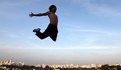 jernimo - le parkour brasil  www.analuz.net.br (Ana Luz) Tags: street city cidade people man guy sport wall fly jump action sopaulo extreme move freerunning leparkour salto rua pulo homem esporte parkour analuz sumar traceurs leparkourbrasil jeronimobittencourt