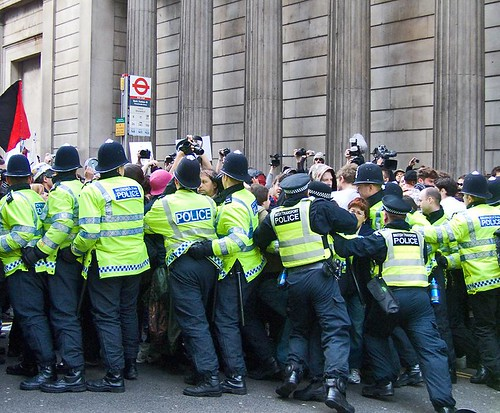 Crowd control, Threadneedle Street, G20 protest, City of London (1 April, 2009) by chrisjohnbeckett.