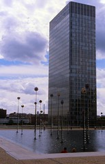 La Dfense (uempe (only sporadically here)) Tags: city house paris france building fountain glass architecture analog skyscraper town photo nikon frankreich europa europe foto brunnen haus slide dia 1999 ladefense scan stadt highrise scanned architektur analogue defense gebude glas ladfense hochhaus dfense nikonf90x wolkenkratzer