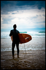 I'm ready to surf! (Carlo Vingerling) Tags: sea france start surf waves surfing spot longboard coastline frankrijk 2009 lacanau dandee