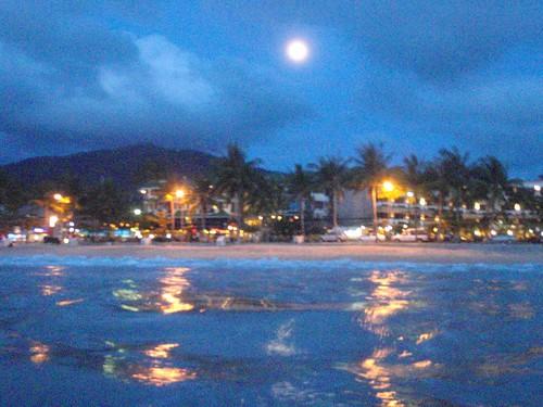 Playa de Patong al anochecer