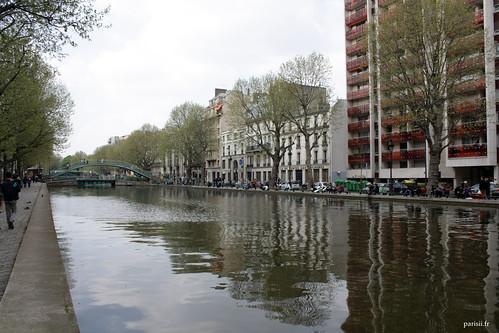 On voit que c'est un canal, les eaux miroitent comme un lac