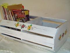 Porta Revistas, cds... (Santinha - Casas Possveis) Tags: artesanato recycle artes decorao reutilizar reciclar reutilizao caixotes revisteiro caixotedefrutas caixotedealho armrioparatemperos portarevistas