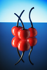Ciliegie di vetro [Glass cherries] (ecatoncheires) Tags: blue red glass cherries blu rosso vetro ciliegie strobist