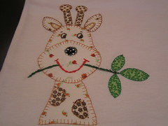 Camiseta girafa (by doris) Tags: flores hellokitty artesanato gatos borboleta tulipas patchwork mo pipa lavabo girafa bordado galinhas pontocruz croch patchcolagem panodeprato toalhademo toalhadelavabo aplique aplique camisetacorao