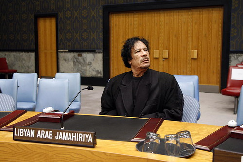 Alene i verden? Moammar Gaddafi besøger FN's hovedkvarter i New York. UN Photo (via Flickr)