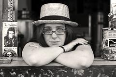 [フリー画像] 人物, 女性, 眼鏡・メガネ, アメリカ人, モノクロ写真, 201105140900
