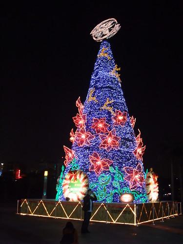 高雄中央公園站外的燈光聖誕樹