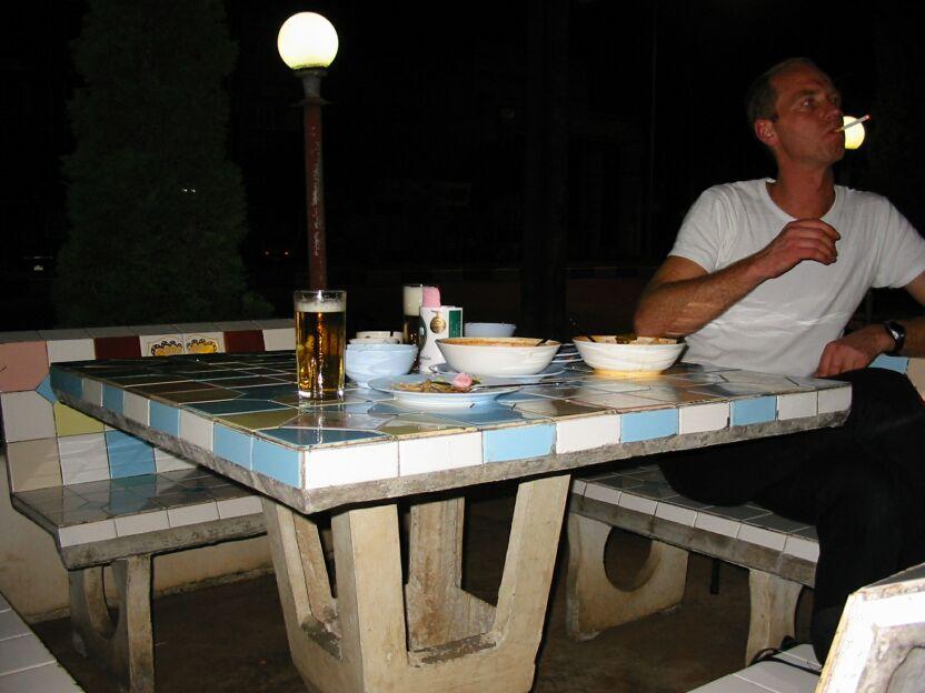avondeten met den Duits op faiencestoeltjes