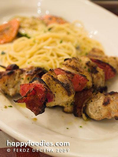 spiedo del pollo e dei pesci (fish and chicken skewer)