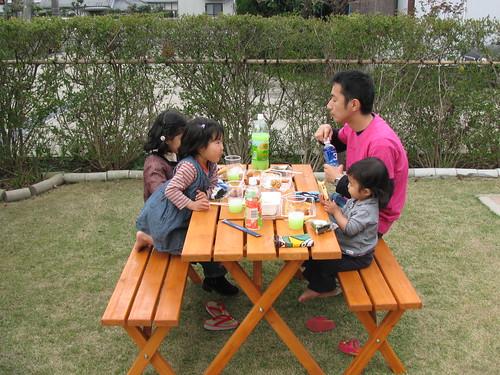 お庭で昼食
