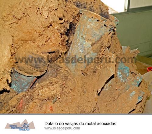 Detalle de vasijas de metal asociados