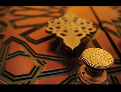 Bloqueado Belleza (Paul) Tags: door wood geometric bronze gold pattern dof muslim arabic embellishment process knob brass locked nopost lockset slamic