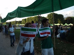 Journe Mondiale d'Action pour l'Iran / Global Day of Action on Iran 25 juillet 09 (KatJaTo) Tags: paris france hope democracy support iran eiffeltower protest anger solidarity toureiffel 75007 iranian dictator vote elections champsdemars manif manifestation neda trocadro murdelapaix droitsdelhomme iranelection mobilisation rassemblement dmocratie banderolle islamicrepublicofiran humainsassociesorg leshumainsassocis gr88 greenscroll leshumains whereismyvote iranrallies parcheminvert globaldayforiran journemondialedactionpourliran ptitiongant largestpetition