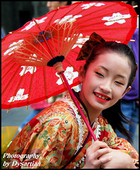 Japanese Girl With Parasol (Dysartian) Tags: red girl scotland fife parasol royalmile kimono lothian japanesegirl kirkcaldy dysart edinburghfestivalfringe japanesetraditionaldress kaguyahime dysartian photographybydysartian doublyniceshot themoonprincess mygearandme ringexcellence