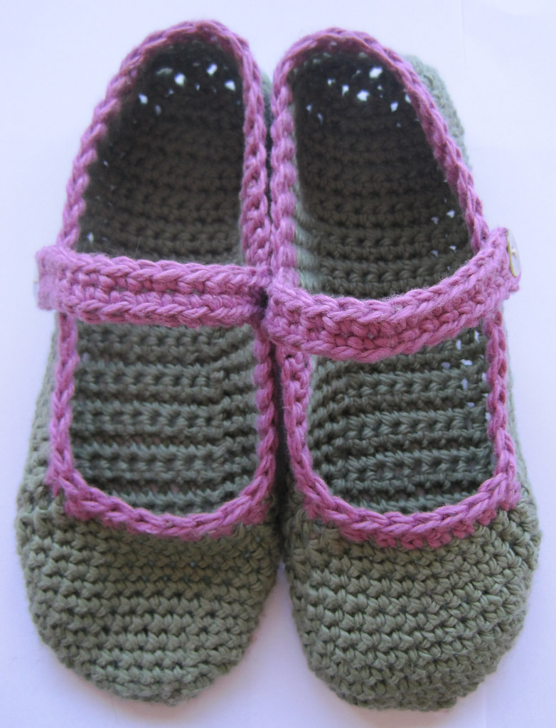 Crochet Slippers : Free pattern for crocheted Mary-Jane slippers The little house by ...