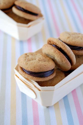 Almond truffle cookies / Biscoitinhos de amêndoa com recheio trufado