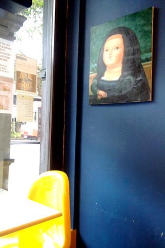Mona Lisa-lookalike fatty in a restaurant