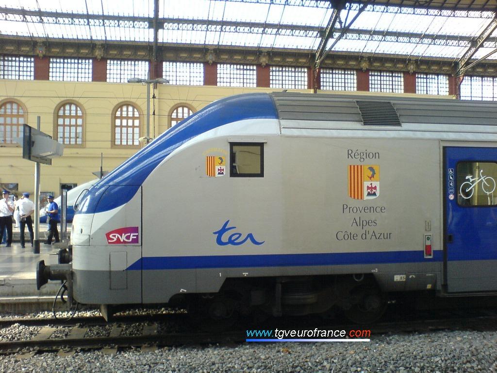 Détail de la cabine d'une voiture-pilote Corail B5uxh SNCF aux couleurs de la Région PACA en gare de Marseille Saint-Charles