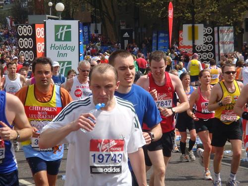 Los corredores suelen llevar camisetas de las charity