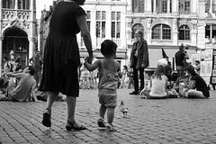 lugares de paso (esther kiras) Tags: plaza girl canon square calle belgium nia bruselas belgica brusels 400d