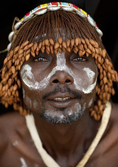 Tharaka warrior with a wig - Kenya (Eric Lafforgue) Tags: africa portrait people face kenya culture tribal human tribes afrika tradition tribe ethnic tribo gens visage headdress afrique headwear ethnology headgear tribu eastafrica coiffe qunia lafforgue 8712 ethnie  qunia    kea    humainpersonne a