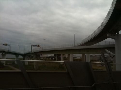 関空連絡橋なう。どんより曇り空。視程は悪くない。ま、関空で取る訳じゃなあから関係ないけど。