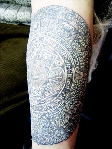 tatuajes aztecaz. tatuajes sol aztecas. CALENDARIO AZTECA TATUADO EN EL ANTEBRAZO,15 cm DE