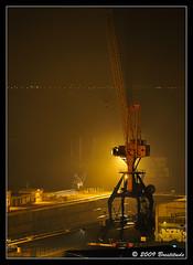 Grue à contre jour, dans une petite brume (Brestitude) Tags: architecture night port town brittany commerce crane bretagne breizh brest nuit brouillard ville grue contrejour finistère brestitude