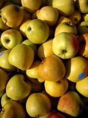 Mele (Valentina * Scattidigioia.com *) Tags: black colors yellow fruit market giallo buy sicily sell rg frutta sicilia merce ragusa vittoria mercatino vendere comprare