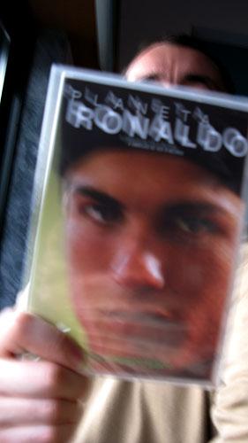 """Encontrou-se, dentro do saco onde costuma vir o Expresso, um DVD intitulado """"Planeta Ronaldo"""": Entrega-se a quem provar estar interessado em ver."""
