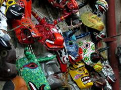 Mscaras ceremoniales y artesanales en el mercado Nim Pot en Antigua Guatemala. (RobertoUrrea) Tags: market guatemala artesanal antigua mercado markt mercato artesania centroamerica antiguaguatemala americacentral robertourrea mercadodeantigua