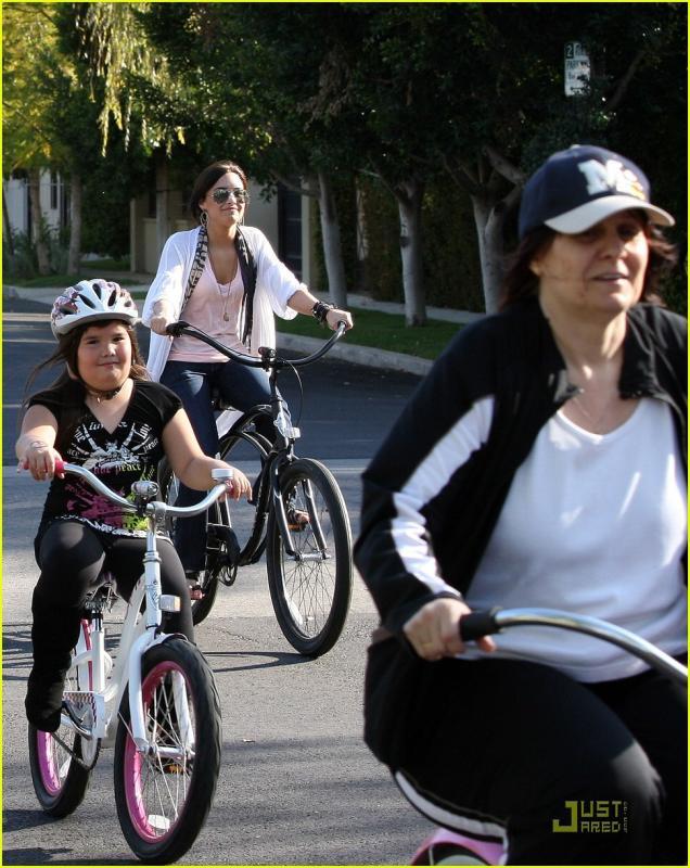 demi-lovato-madison-del-algarza-bike-ride-02