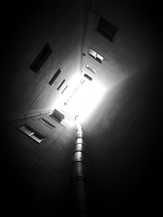 365 dias - 11. Camino al cielo (vgasco) Tags: bw blanco luz camino negro bn ventanas cielo salida 365 oscuridad iphone 365dias iluviphone iphone365