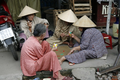 Vietnamese women playing cards by Wanderer and Wonderer