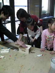 20090118-zozo第一次拿鐵鎚作木工 (2)