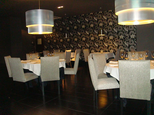 Salón principal con detalle de dos mesas