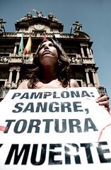 Foto: Una activista posa con el cartel ante el Ayuntamiento