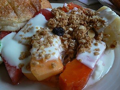 fruits, granola et yaourt à Tuxla.jpg