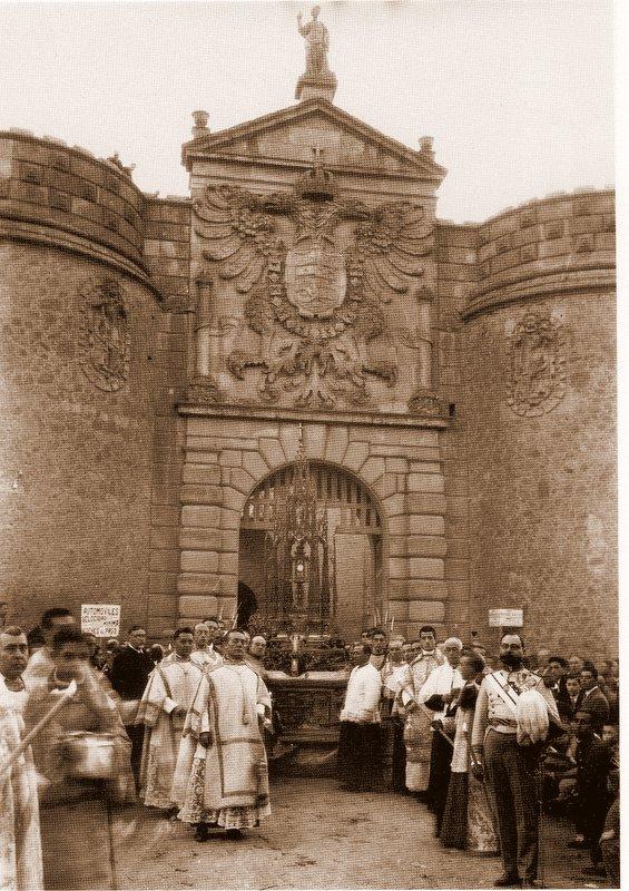 Custodia de Arfe en Puerta de Bisagra de Toledo el día 24 de octubre de 1926 en la clausura del III congreso Eucarístico Nacional. Foto Rodríguez.
