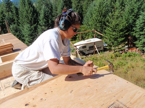 Nathalie construit un pan de mur en cèdre/pin