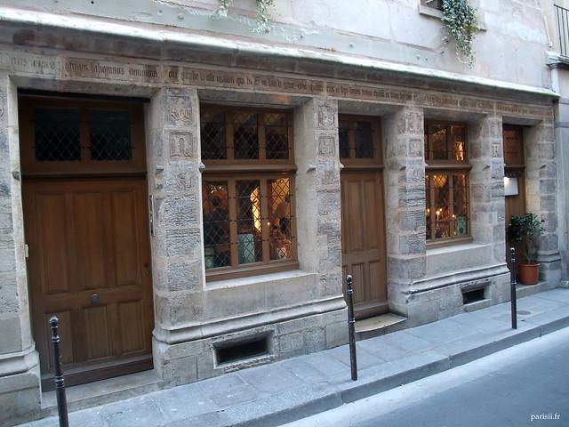 Nombreuses gravures sur la façade de l'Auberge