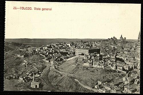 Industria con chimenea junto al río Tajo en Toledo