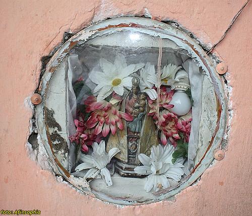 Pequeno altar, na entrada da casa de Mestre Ray